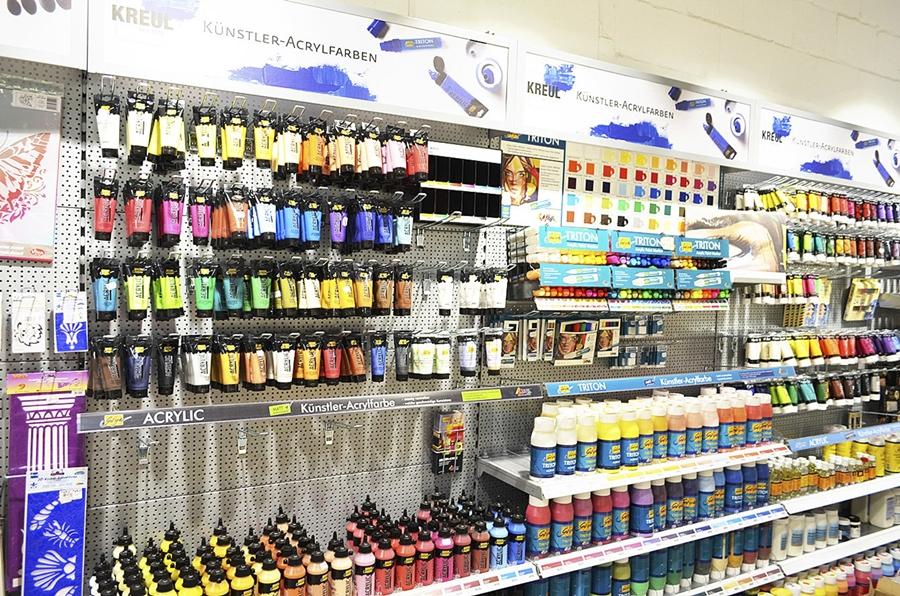 Isa's Bastelecke mit Blick auf die Künstlerfarben.