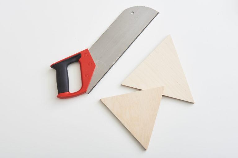 Dreiecke aus Holz werden für die Photo Transfer Technik zugesägt