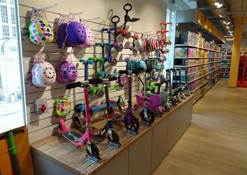Amsler Spielwaren AG mit Blick auf die Abteilung der Roller und Helme