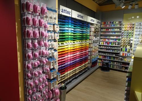 Amsler Spielwaren AG mit Blick auf den Kreativbereich mit Bastelmaterialien.
