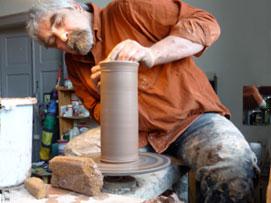 Hanno-Frank Fricke aus Weimar beim Töpfern in der hauseigenen Werkstatt