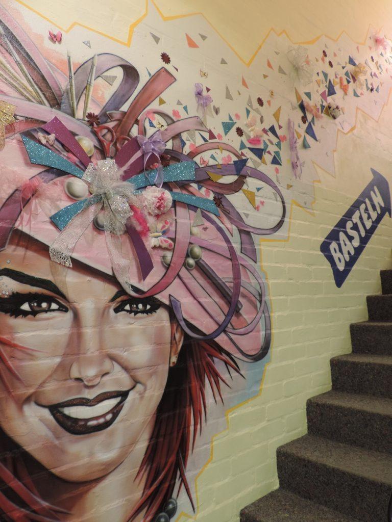 Hobby & Co Wandbild beim Aufgang an der Treppe