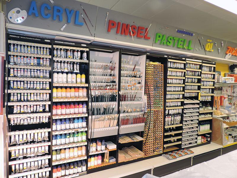 Hobby & Co Bastelabteilung mit Blick auf das Regal mit Farben und Pinseln