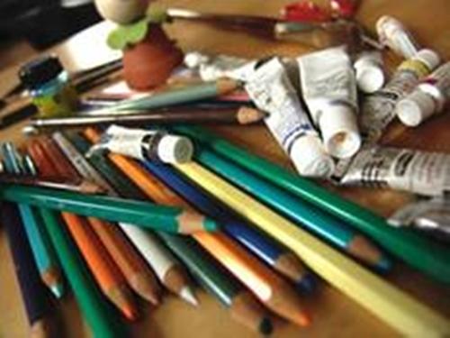Der Bastelberg, das Bild zeigt Farbtuben und Buntstifte zum kreativen Malen