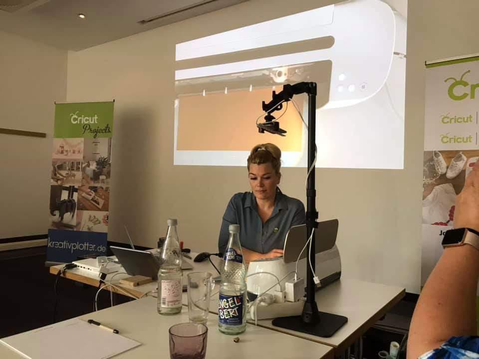 Joan Reinders-Berris erklärt den Teilnehmern mittels einem Beamer die Funktionen des Cricut Makers.
