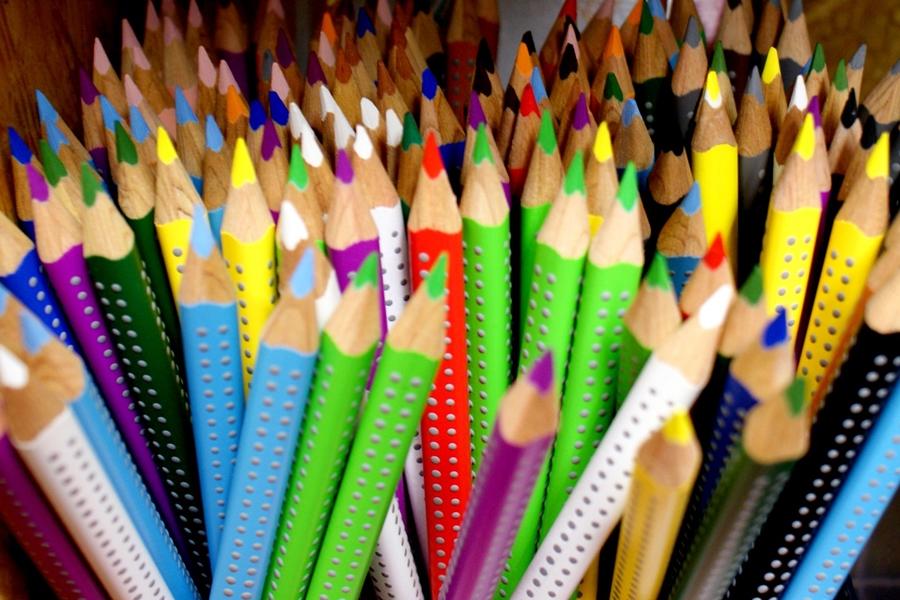 Fachgeschäft Wilhelm Illert. Das Foto zeigt eine Auswahl von Buntstiften.