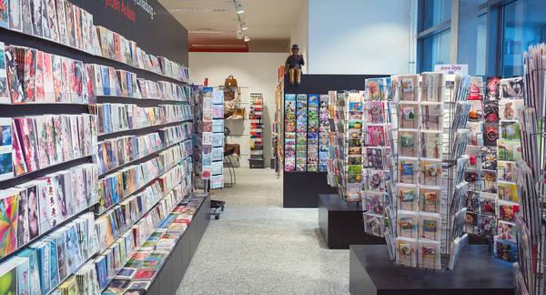 Pius Schäfler AG Abteilung mit Karten und Büchern.