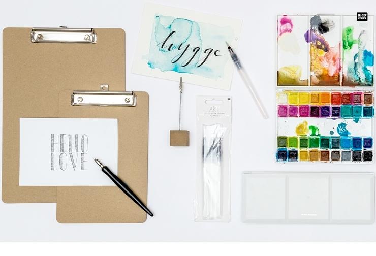 RICO Design Handlettering auf Klemmbrettern mit Aquarellfarben.