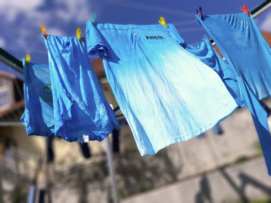 Mit Kreul Batikfarben eingefärbte Wäsche an der Wäscheleine im Wind.