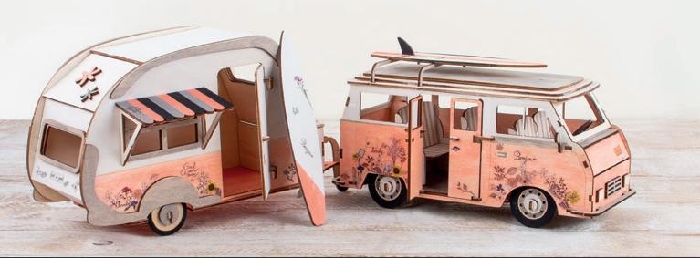 Campingbus mit Anhänger aus Holz.