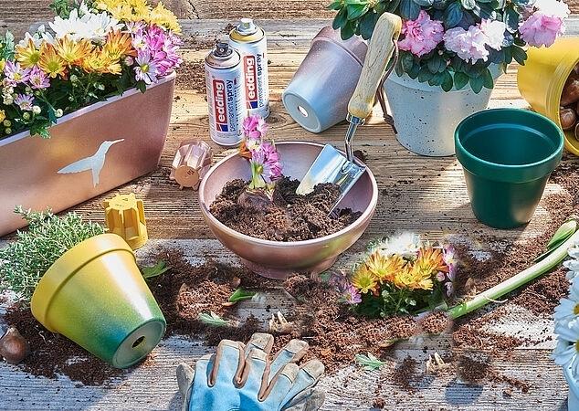 Blumentöpfe sind mit Permanentspray  farbig gestaltet.
