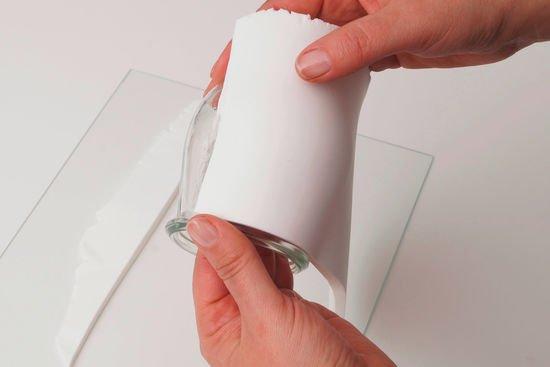 Ein Glas wird mit FIMOair umwickelt.