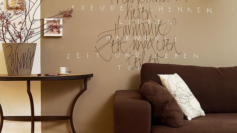 Ein Ausschnitt vom Wohnzimmer mit einem Zitat an der Wand.