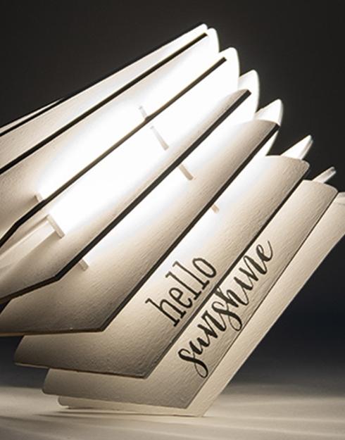Eine Retro Lampe mit schabloniertem Schriftzug