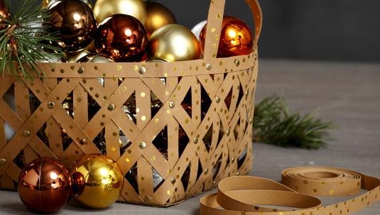 Korb aus Kunstlederpapier, gefüllt mit Weihnachtskugeln.