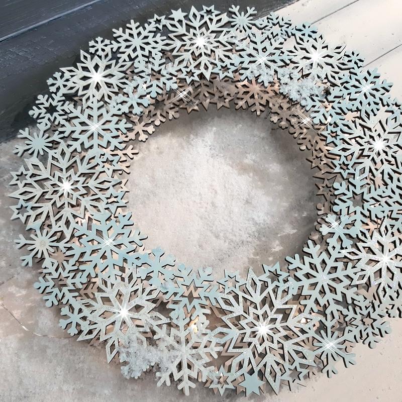 Ein beleuchteter Kranz aus Schneeflocken mit 3D-Effekt.