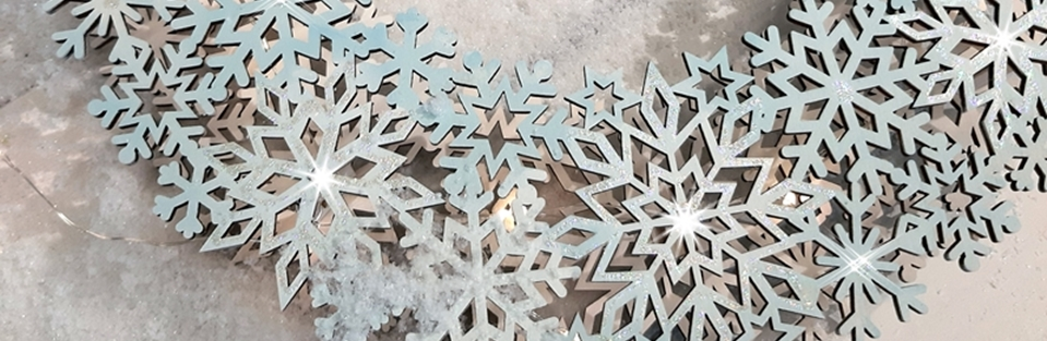 Schneeflocken Kranz aus Holz in der Detailansicht.