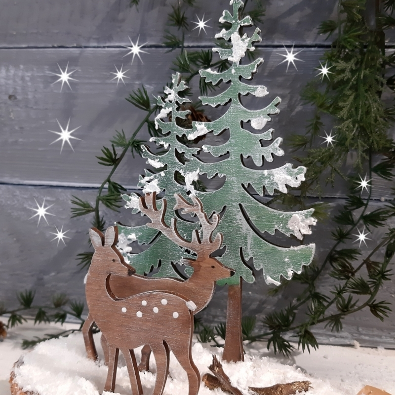 Ein Winterwald aus Holzfiguren.