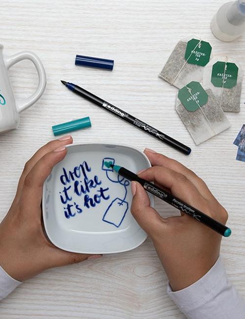 Schälchen wird mit Porzellan-Pinselstift   für die Präsentbox bemalt.