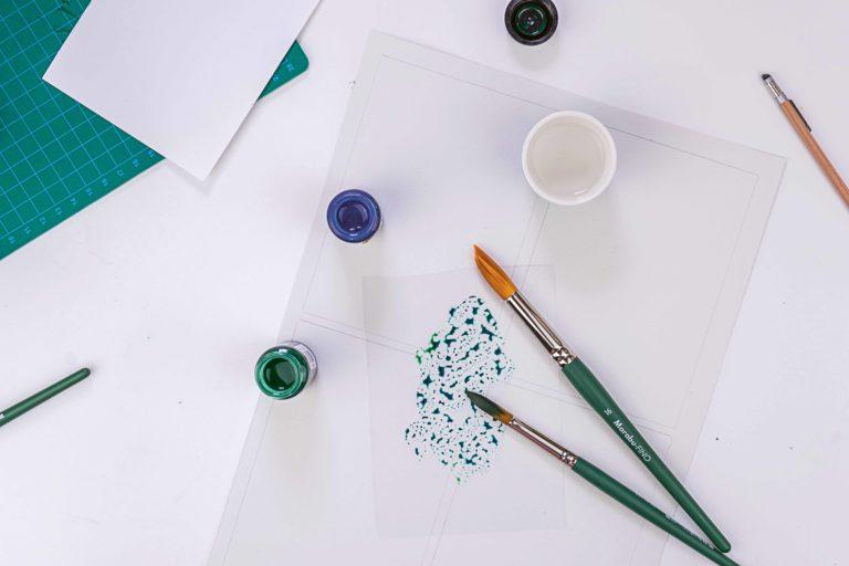 Die  Aquarellfarbe wird für Weihnachtskarten angemischt.