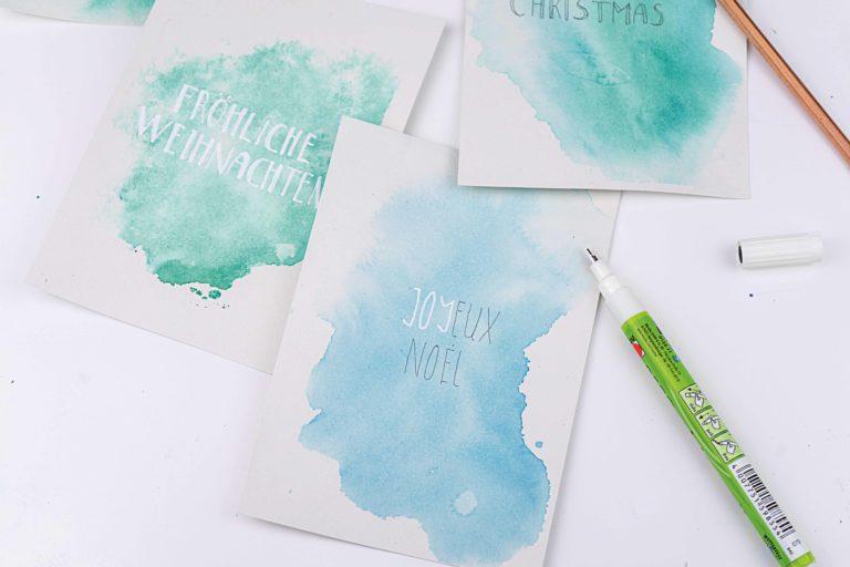 Die Weihnachtskarten werden in weiß beschriftet.