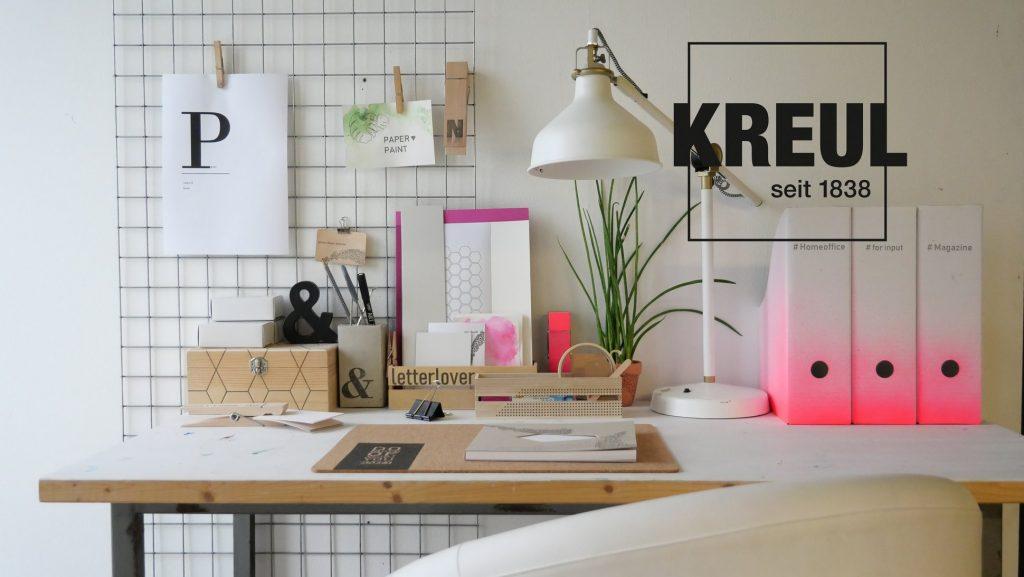 Ein neu gestalteter Schreibtisch mit Ordnern und Büro-Accessoires.