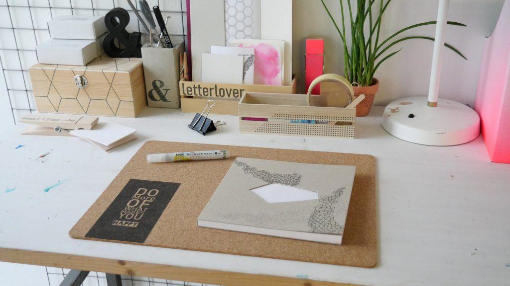 Die Schreibfläche vom Schreibtisch.