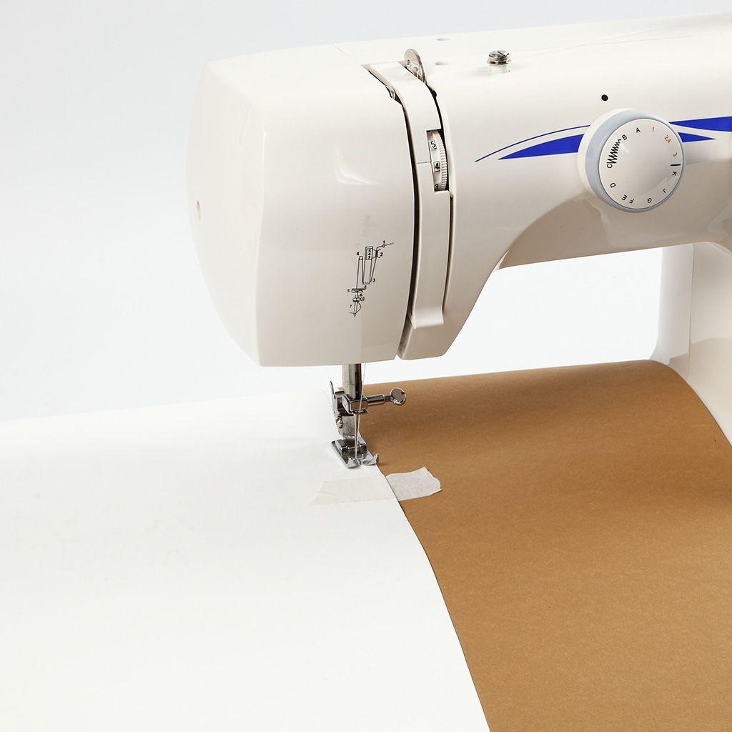 2 Teile veganes Leder werden mit  der Nähmaschine zusammengenäht.