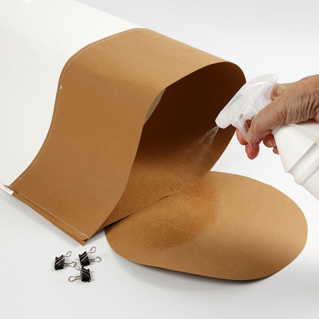 Das vegane Leder wird zur Vorbereitung des Behälters zur Aufbewahrung eingesprüht.