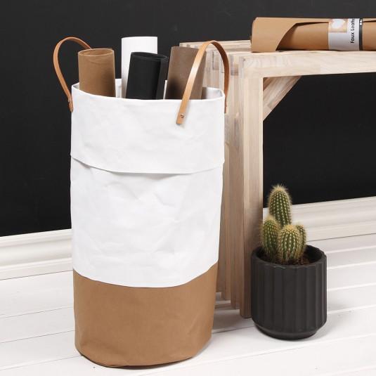 Ein Behälter aus veganem Leder für die Aufbewahrung von Geschenkpapier-Rollen