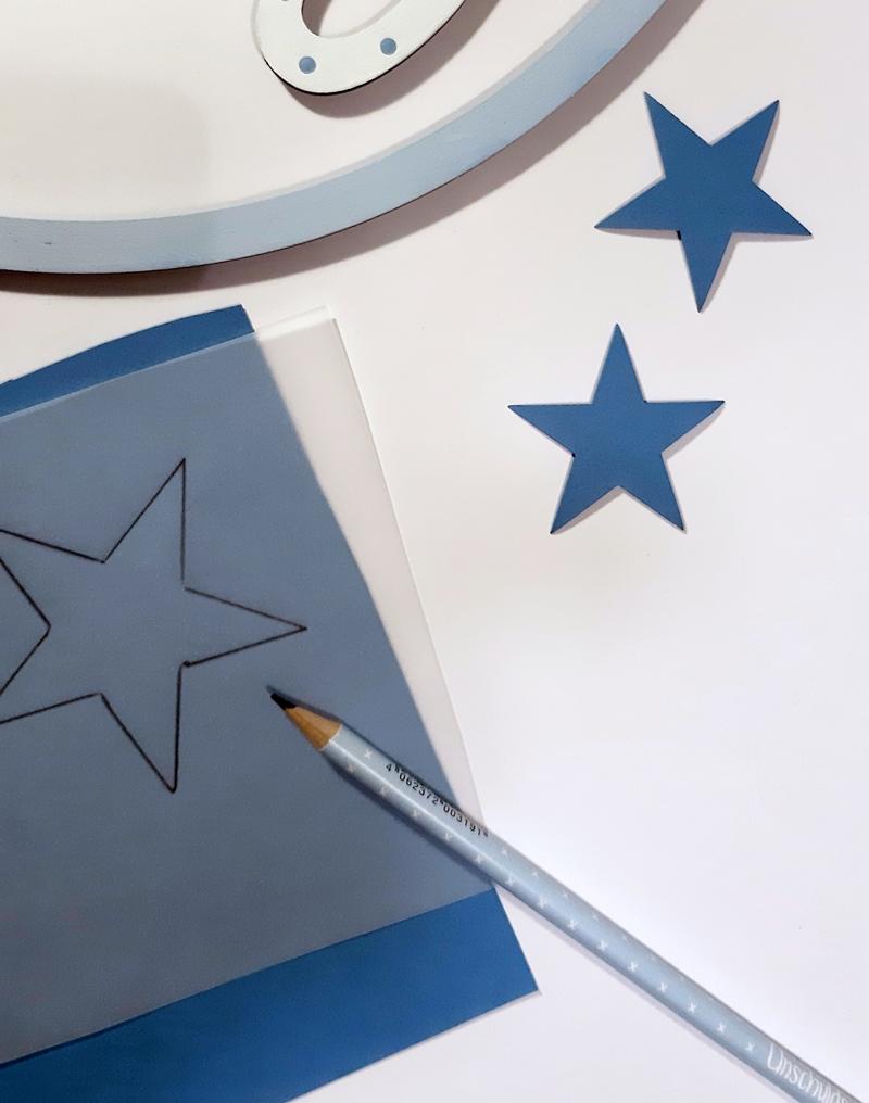 Vorlage Stern wird auf Karton übertragen.