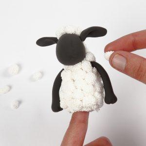 Die Schafswolle der von Shaun werden angebracht.