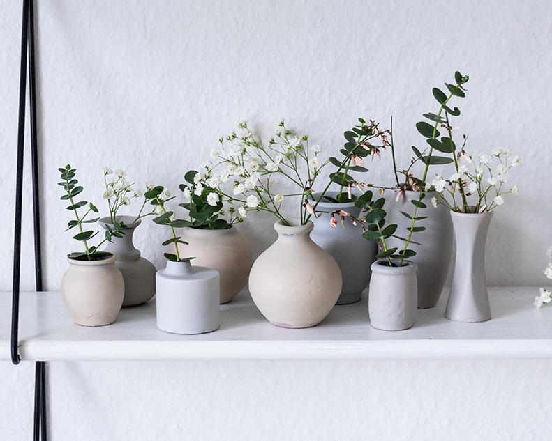 Vasen in grau mit Marabu a-system besprüht.
