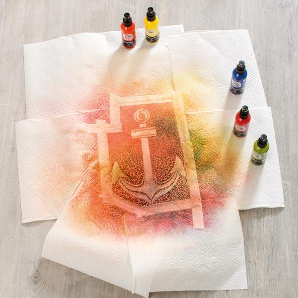 Die  Strandtasche wird mit Farben besprüht.