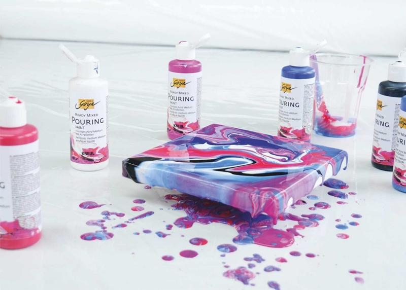 Pouring Bild mit extremen Farbfluss in Megenta und Blaus.