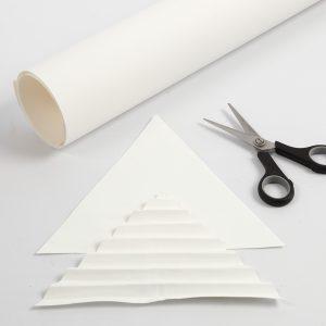 Lederpapier wird zugeschnitten.