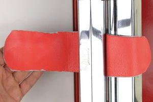 Zwei übereinander gelegte Platten aus leather-effect werden ausgerollt.