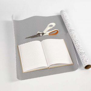 Ein Buch liegt auf dem Papier.