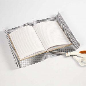Eine Klappe wird zum Einbinden der Bücher eingeschnitten.