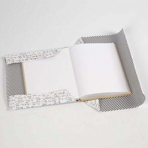 Die Ränder vom papier werden umgefaltet.