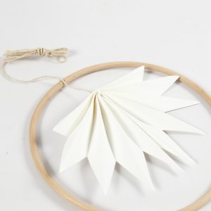 Das Faltblatt wird in den Bambus-Ring hehängt.