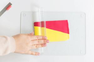 Fimo in Rot und Gelb werden ausgerollt.