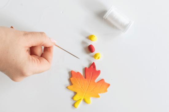 Die Einzelteile für die Herbstblätter aus Fimo werden zusammengebunden.