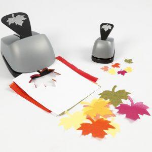 Blätter aus Seidenpapier werden ausgestanzt.