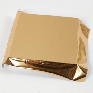 Goldfolie wird auf den Deckel der Schachtel geklebt.