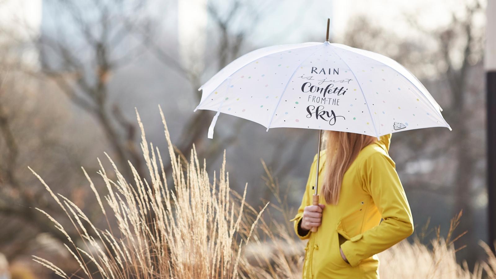 Eine Frau beim Spaziergang im Regen.