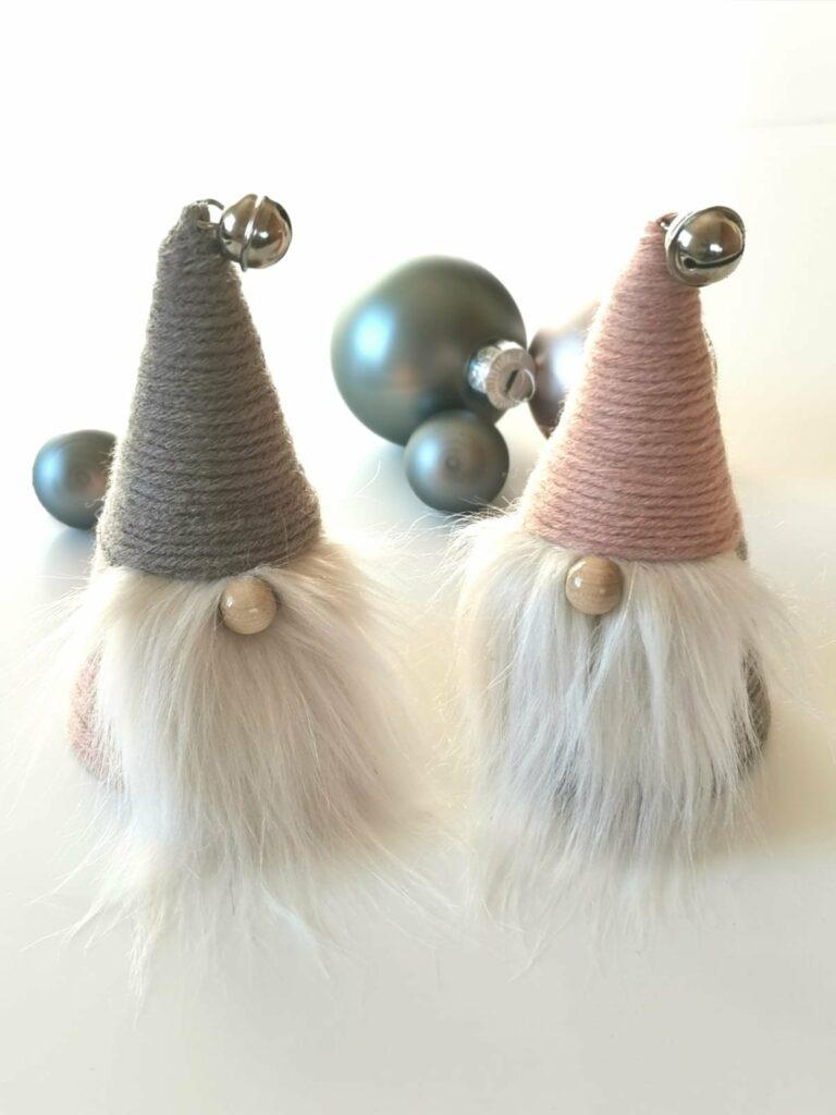 2 Weihnachtswichtel in Pastellfarben.