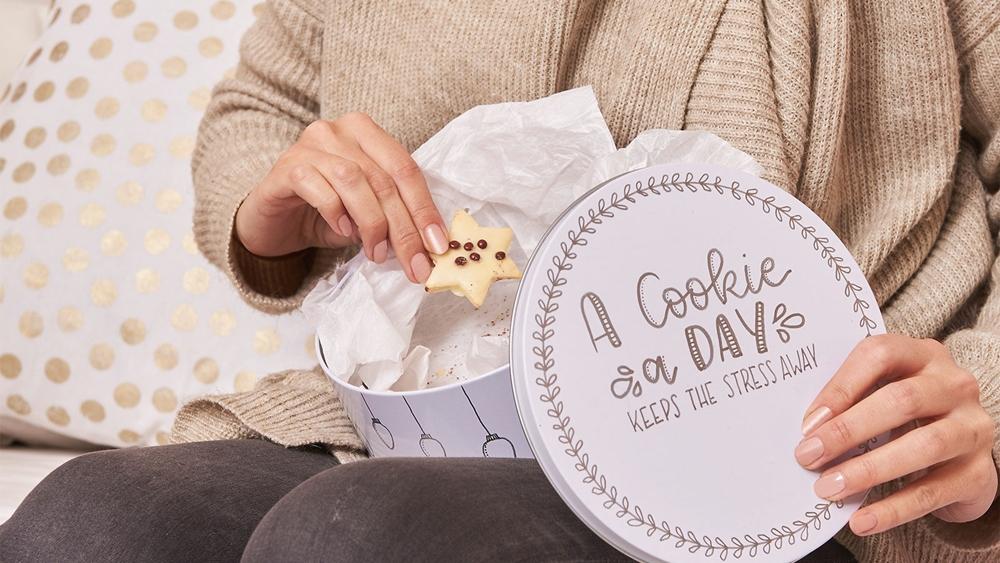 Eine Frau ist einen Keks.