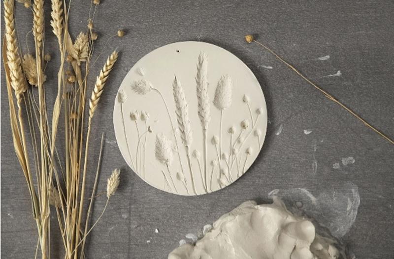 Eine Dekoration aus selbst härtendem Ton mit Abdrücken von Gräsern