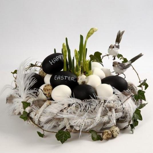 Ein Osterkranz in schwarz-weiß